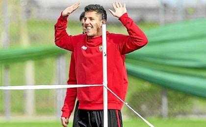 Jovetic, sonriente durante un entrenamiento del Sevilla.