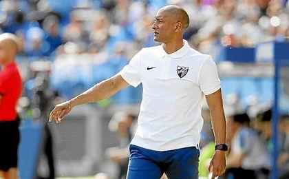 El ´Gato´ Romero, en la banda durante un partido del Málaga.