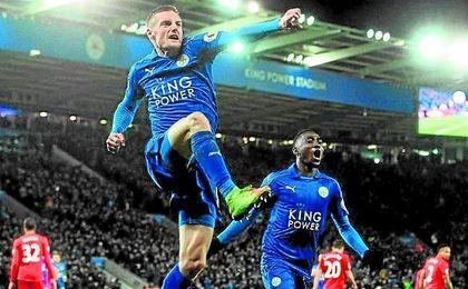 Vardy celebra uno de los dos goles que consiguió en la victoria del Leicester ante el Liverpool.