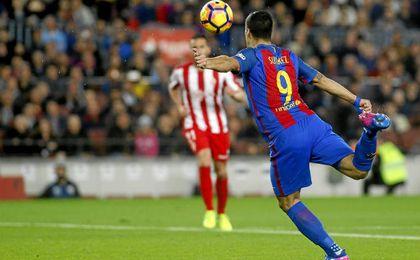 Momento en que Suárez marca gol frente al Sporting de Gijón.