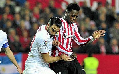 Rami y Williams pugnan por un balón durante el Sevilla-Athletic.