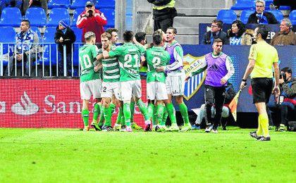 El Betis consiguió sus primeros tres puntos como visitante en La Rosaleda. UESyndication.