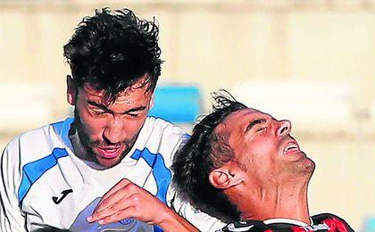 Jesús Mari (derecha) sufrió una sanción de cinco partidos; el domingo cumplió uno.