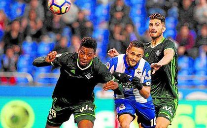 Ryan Donk cabecea un balón frente al Deportivo en Riazor. UESyndication.
