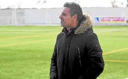 Amtonio Ortega, entrenador del Diablos Rojos, atento al transcurso de un encuentro de su equipo.
