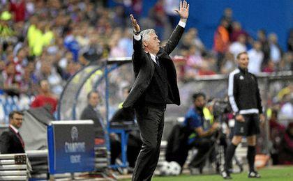 Ancelotti durante el partido de fase de grupos ante el Atlético en el Calderón.