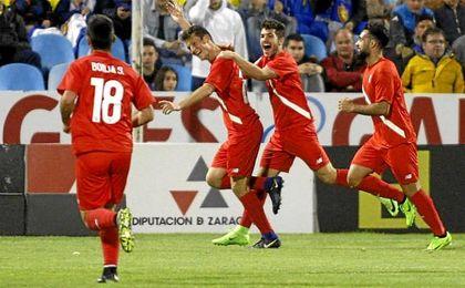 Los hispalenses celebran uno de los goles.