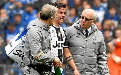 Dybala se marchó lesionado en el partido ante la Juventus.