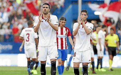 Iborra saluda a los aficionados sevillistas tras acabar el partido.