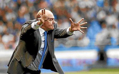 Pepe Mel gesticula en la banda de Riazor.