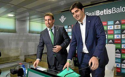 López Catalán y Haro, antes de comenzar la comparecencia.
