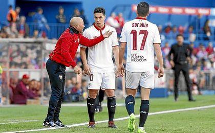 Sampaoli da unas indicaciones a Nasri en el Vicente Calderón.