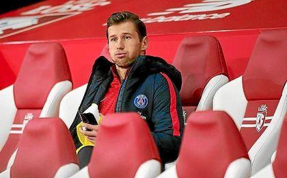 Krychowiak, en el banquillo visitante del Estadio Pierre-Mauroy del Lille.