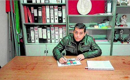 Tomás Roales, presidente del CUD Santiponce, en las oficinas del club. ED.