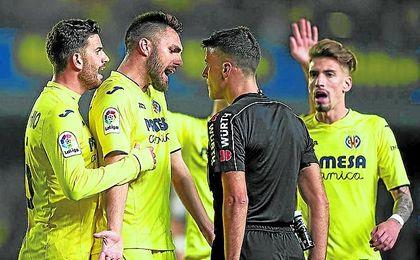 Un desafiante Gil Manzano escucha las protestas del Villarreal en el partido contra el Madrid.