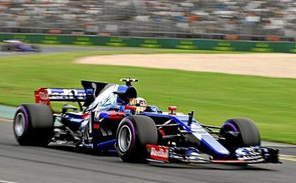 Carlos Sainz, sobre el trazado australiano de Albert Park con su Toro Rosso.