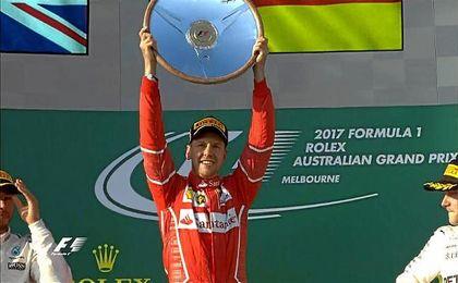 Sebastian Vettel levanta el trofeo de campeón del GP de Australia delante de Hamilton y Bottas.