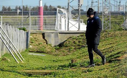 Sampaoli, accediendo a uno de los campos de entrenamiento de la ciudad deportiva.