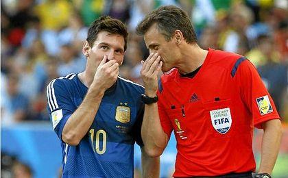 """Messi dice que no insultó al árbitro, sino """"al aire"""""""