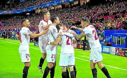 Los jugadores del Sevilla celebran un gol en un partido de la Champions League. UESyndication.
