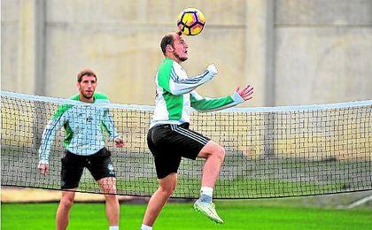 Zozulya cabecea un balón durante una sesión de entrenamiento. UES.