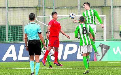 Lance del derbi de la primera vuelta entre los dos primeros juveniles de Betis y Sevilla, jugado en terreno verdiblanco.