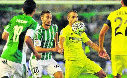 El bético Germán Pezzella presiona a Roberto Soldado, autor del gol del Villarreal en el choque de la pasada temporada.