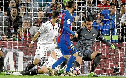 Messi bate a Sergio Rico para hacer el 2-0.