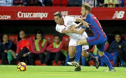 Partido de LaLiga entre el Sevilla y el Barcelona. En la imagen, Nasri y Rakitic.