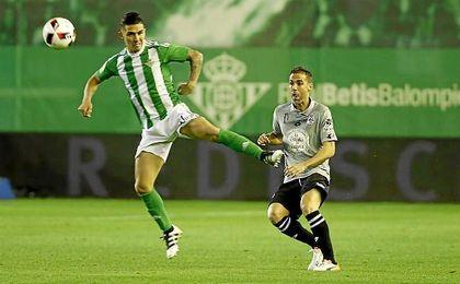 Partido de dieciseisavos de la Copa del Rey disputado entre Betis y Deportivo. En la imagen, Felipe Gutiérrez y Fernando Navarro.