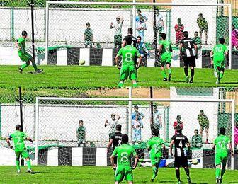 En la imagen de arriba, el momento del lanzamiento del barrerista Miguel Peña; abajo, Bruno (derecha) para el lanzamiento en el pasado derbi alcoreño, que finalizó 1-1.