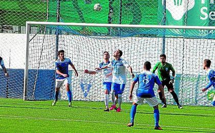 Carmona (izquierda) en un lance del Castilleja-Écija disputado en la presente temporada.