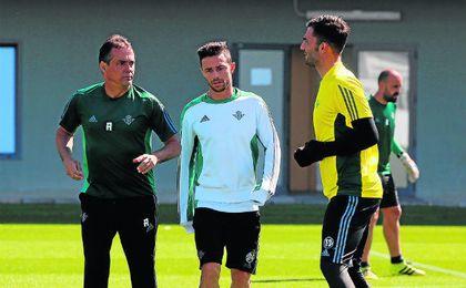 El cuerpo técnico se reunió tras la derrota ante el Villarreal con la plantilla, a la que le pidió un plus para amarrar cuanto antes la permanencia y no pasar apuros.