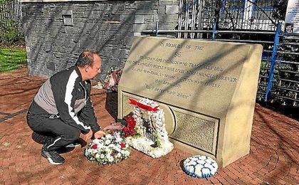 Rafa Benítez, junto al monumento a las víctimas de Hillsborough en Sheffield.