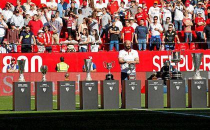 Monchi, con todos los trofeos conquistado por el Sevilla en su etapa.