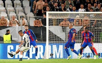 Dybala hace el segundo de sus goles ante el Barcelona.