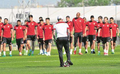La plantilla del Sevilla tiene que sobreponerse al ruido generado por el futuro de Sampaoli.