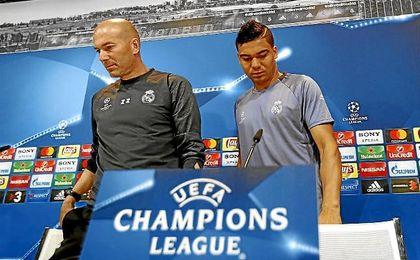 Zidane, junto a Casemiro en la rueda de prensa.