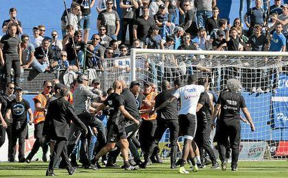 Momento en el que los aficionados del Bastia asaltan el terreno de juego.