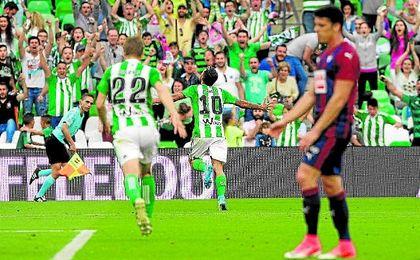Dani Ceballos celebró por todo lo alto su primer gol en Primera división en el encuentro número 100 con la camiseta del Betis.