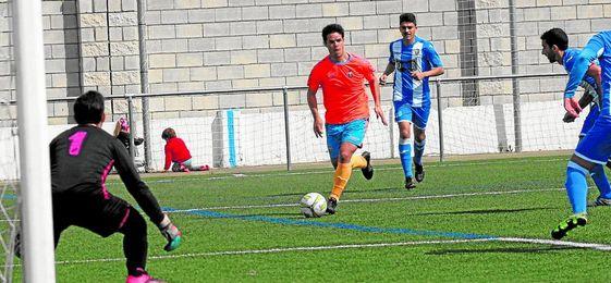 Miguelito Blázquez conduce el esférico en un lance del encuentro disputado por el Cerro ante el Bellavista.