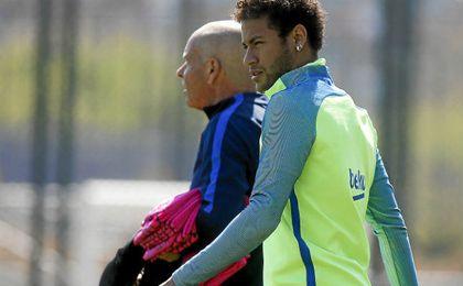 El Barcelona sigue intentando que juegue Neymar el Clásico.