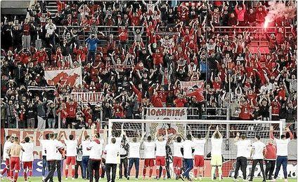 Los jugadores del Olympiacos celebran el título conseguido.