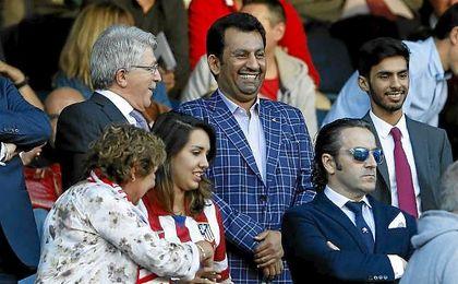 Partido entre Atlético y Málaga. En la imagen, Abdullah ben Nasser Al Thani con la chaqueta de cuadros.