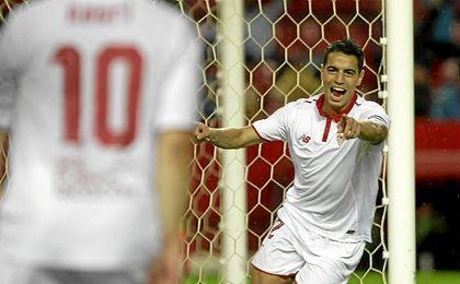 Ben Yedder señala a Nasri, autor de la asistencia que él convirtió en gol.