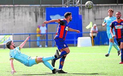 El cerreño Sergio Pérez, sancionado con tres encuentros, en un lance ante el jugador del Algabeño Mimi.