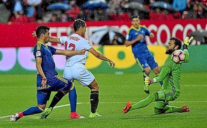 Ben Yedder batió con un sutil toque a Sergio Álvarez para hacer su decimoctavo gol del curso.