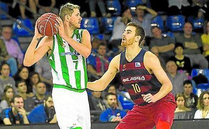 Nachbar protege el balón ante la defensa de Víctor Claver en el último partido que enfrentó al Real Betis contra el Barcelona Lassa.