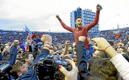 Jugadores y afición celebraron el ascenso sobre el césped del Ciutat de Valencia.
