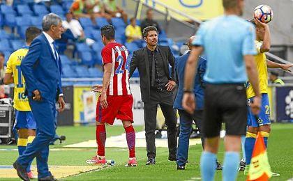 Giménez se retira lesionado en el partido ante Las Palmas.